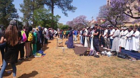 Muslim students protected during prayer image: @duduramela on Twitter