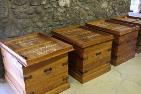 The vanilla is allowed to ripen and develop their aroma for up to 2 years in these wooden boxes. To avoid mould, the have to be turned regularly